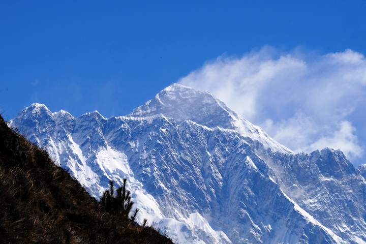 Snow blowing from Everest massif blog size